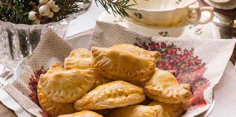Halvmåner med sviskefyll - Friskere i smaken enn julekaker flest, og så er de dekorative på kakefatet. Gir ca. 40 stk.