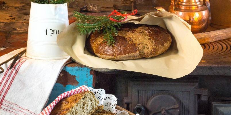 Jessenkake - Denne oppskriften gir 2 store brød, eller 4 små. Smaker som julekake med en liten vri. Den er god til alt av julens pålegg, både til søtt og salt. Server den gjerne istedenfor brød til julelunsjen.