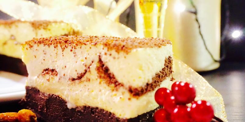 Dronning Maud kake - Dette er festdessert nummer én på Vestlandet, og blir også kalt Haugesundsdessert. Grunnen til det var at Dronning Maud og Kong Haakon besøkte Haugesund på deres kroningsferd I 1906. Det finnes tusen forskjellige måtter å lage den på, men denne gangen vil jeg prøve å lage den som en kake med browniesbunn. Passer perfekt til nyttårsfesten!