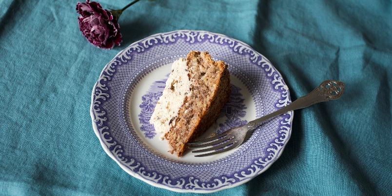 Nøttekake med smak av konkjakk - Nydelig kake med spennende ingredienser.
