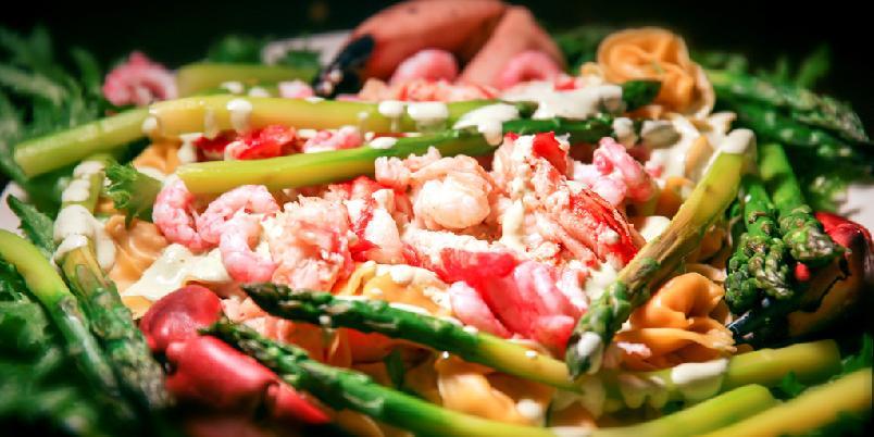 Varm pastasalat med asparges og sjømat -