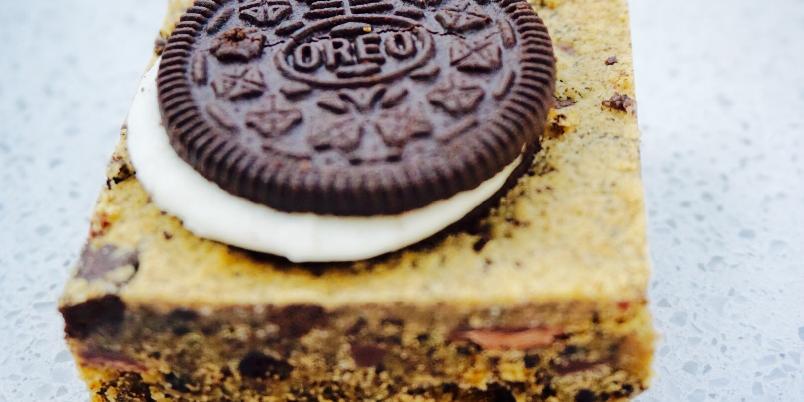 Peanut Butter Oreo Cookie Bars - Lag herlige biter med sjokolade, peanøtter og oreos!