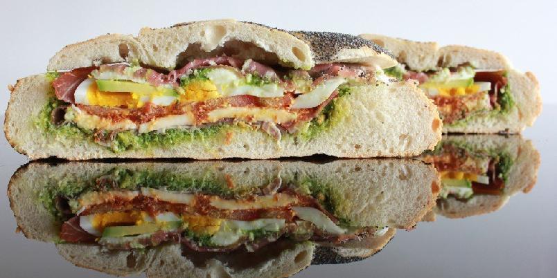 Fylt brød - Det fine med denne idéen, er at man kan bruke hvilket som helst brød; kjøpt eller hjemmebakt, små eller store, bryte eller vanlig, og fylle det med de smakene du ønsker.