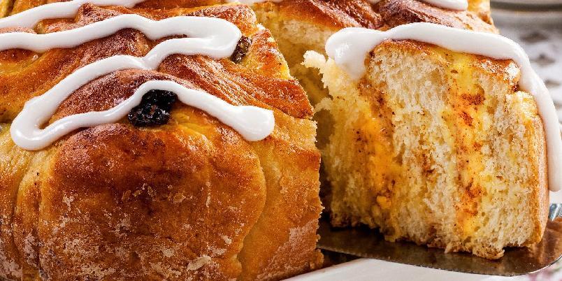 Prinsessekake - Prinsessekaken er fylt med deilig vaniljekrem, rosiner og kanel. Den pyntet med tykk og hvit melisglasur. Denne egner seg godt til frysing, men da uten glasur.