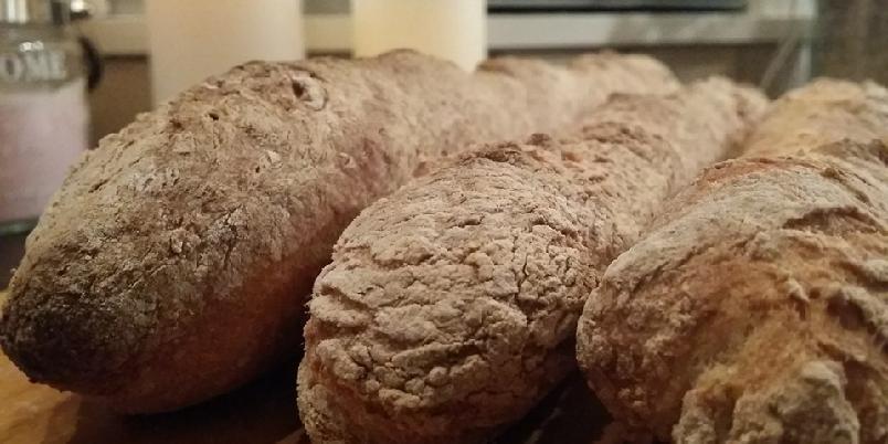 Glutenfrie baguetter - Sprø glutenfrie baguetter du slenger sammen i en fei! Merk at mengde mel ikke er angitt, da det er viktig at du kjenner om deigen har blitt fast nok heller en at du bruker en gitt mengde mel!