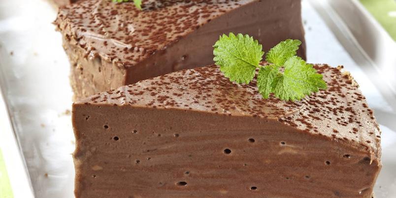 Ostekake med sjokolade - Denne ostekaken har sjokoladekjeks i bunnen og et kremete ostefyll som lages med både mørk sjokolade og melkesjokolade. Sjokoladeelskernes favoritt!