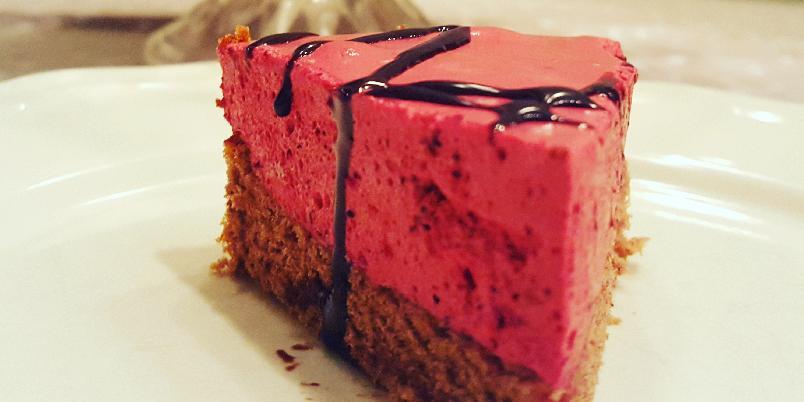 Skogsbærfromasjkake uten gluten og melk - Du skal nok lete lenge etter en friskere kake enn denne. Kaka er proppfull av bringebær og blåbær og et hint av sjokolade i bunnen. Og helt uten gluten og melk!