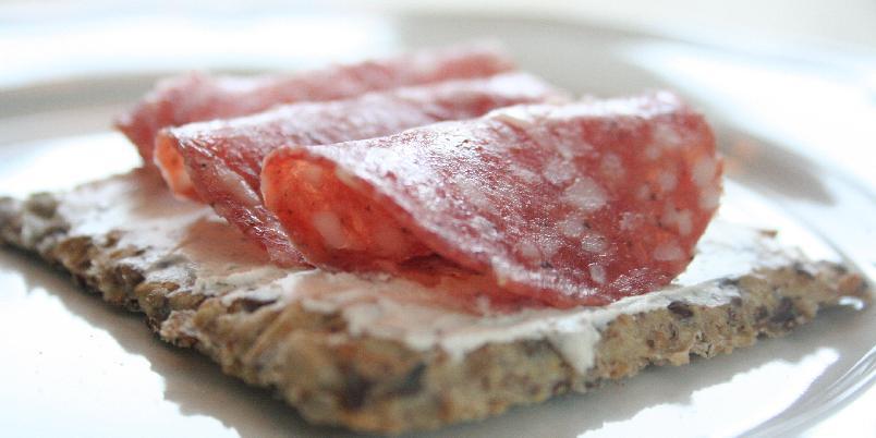 Glutenfrie knekkebrød - Knekkebrød rike på fiber, næring og helt uten gluten er noe alle kan spise. Knallgode er de også! Topp med nøytral smøreost og spekemat - godt!