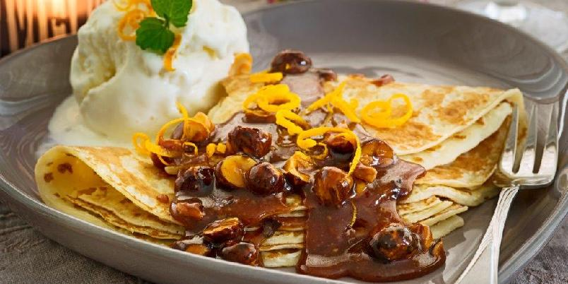 Appelsinpannekaker med karamelliserte hasselnøtter - Uimotståelige appelsinpannekaker med varm karamellsaus og nøtter!