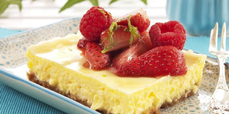 Bakt ostekake med jordbær - Deilig ostekake med kremete fyll og nydelige smaker av kanel, lime og jordbær.