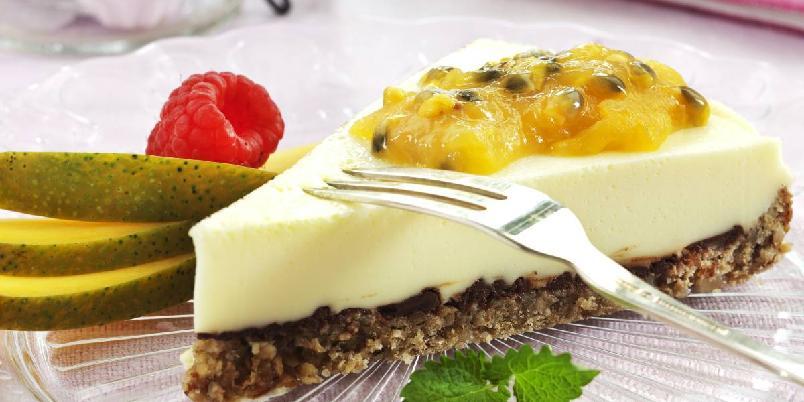 Ostekake med pasjonsfrukt - Vidunderlig god ostekake med nøttebunn og tropisk smak av pasjonsfrukt, appelsin og mango.