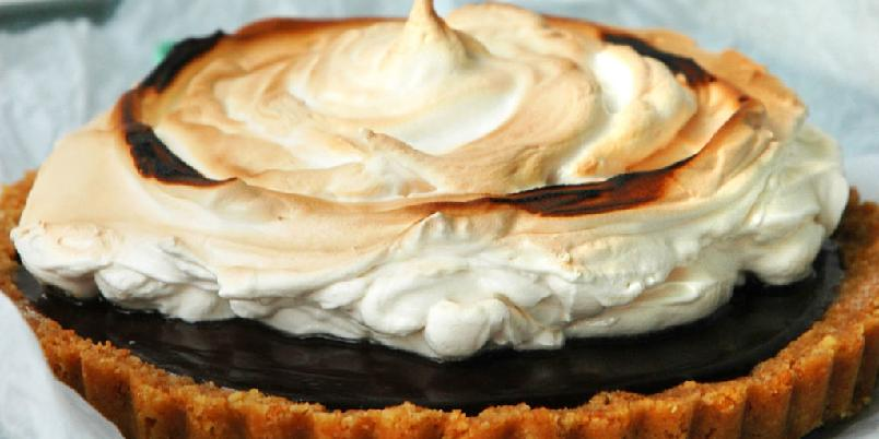 Søt og salt S'mores nutellakake - Kremet nutellafyll, et tykt lag grillet marengs og en tertebunn som byr på både søte digestivekjeks og salte ritzkjeks. Gjør deg klar for ekte amerikansk nytelse!
