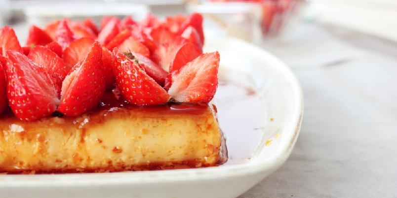 Karamellpudding med jordbær - Klassisk karamellpudding med en frisk vri.