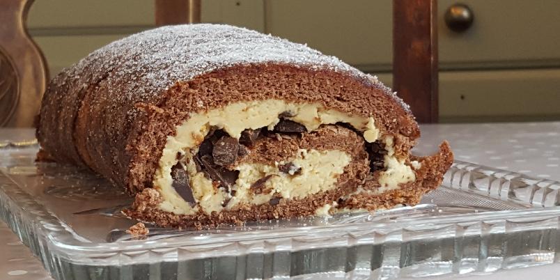 Snickersrullekake uten melk og gluten - Denne kaka er så kjapp å lage at det egentlig er litt skummelt - jobber du kjapt kan du klare hele kaka på under tre kvarter. Farlig med andre ord!