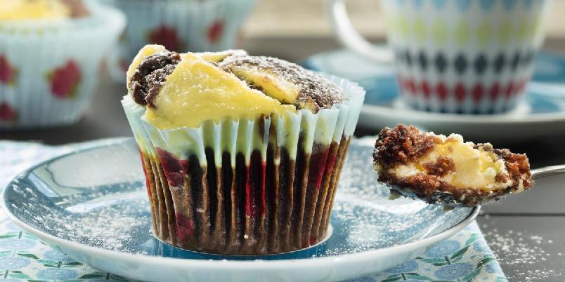 Muffins med ostefyll - Lag deilige muffins med sjokolade og kremost.