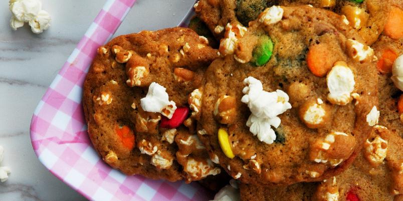 Party Cookies med Popcorn og Non- Stop! - Her har du en skikkelig godbit som passer like godt til filmkveld og venninnekveld, som et morsomt tilskudd til kakebordet på konfirmasjonsdagen. Eller hva med å lage disse til en barnebursdag? Bursdagsgjestene kommer garantert til å bli imponert! Søtt og salt på samme tid, og du bestemmer selv om du vil ha sprø eller seige cookies! Oppskriften er nok til ca. 18 cookies.