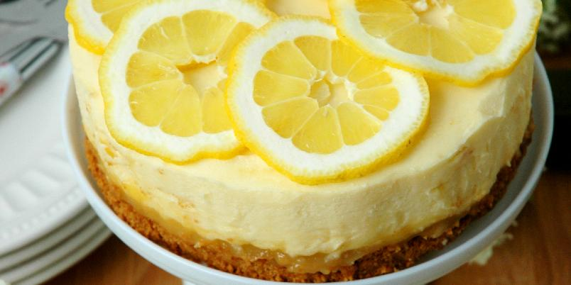 Søt og syrlig ostekake med hvit sjokolade og sitroncurd - Denne ostekaken har et kremete fyll med hvit sjokolade, vanilje og sitron, og fyllet hviler på en sprø bunn av vaniljekjeks og et deilig syrlig lag med sitron curd. Kaken lages i en 20 cm springform, og er nok til ca. 8-10 personer.