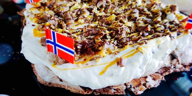 Smashing Pavlova - Når tanker og ideer i hodet blir virkelighet så får man denne kaken;) Sjokolade pavlova med Smash, sjokolade og salt karamell. Det holder ikke med bare ett stykke;)