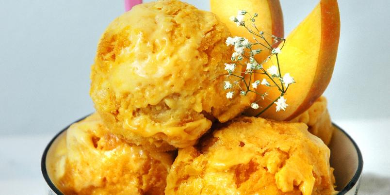 Solskinns-is med mango og vanilje - Søt og fruktig is med smak av vanilje og mango, pluss en rippel av ekstra mye saftig mango! Virkelig en is sommeren verdig, og du trenger ingen ismaskin for å lage den! Oppskriften er nok til ca. 1 liter iskrem.