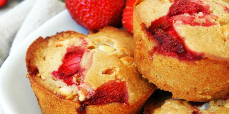Sommermuffins med jordbær og hvit sjokolade - Saftige og sommerlige muffins fulle av norske jordbær, og masse hvit sjokolade! Oppskriften er nok til ca. 15 store muffins.