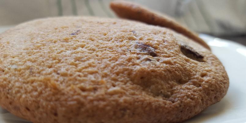 Sjokoladecookies uten melk og gluten - Her er det vanskelig å ikke bare spise røra og droppe å lage kjeks - men kjeksen er så god at det er verdt å verdt å vente!