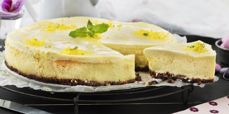 Ostekake med sitron og rømme - Ostekake slår aldri feil, og under det friske og syrlige rømmelokket på denne varianten er det litt av hvert av godsaker!