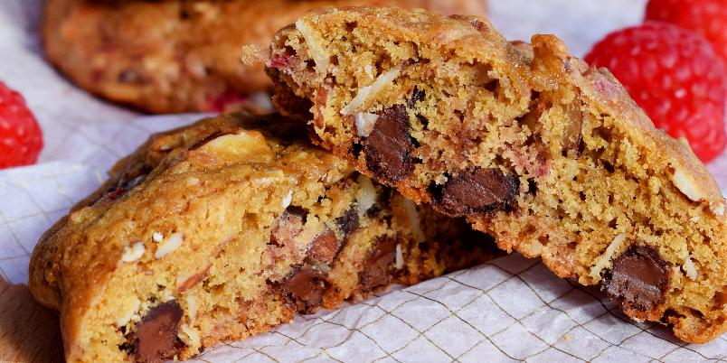 Myke Cookies med Bringebær, Sjokolade og Mandler! - Store, myke og saftige cookies som benytter seg av sommerens ferske bringebær, enten du kjøper dem i butikken, eller plukker dem selv i hagen! Oppskriften er nok til ca. 20 store cookies.