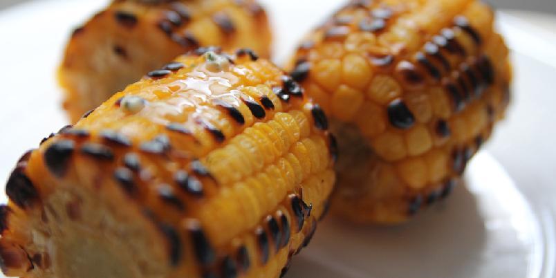 Grillet mais med hvitløkssmør - Enkelt tilbehør til grillmat? Her er det.