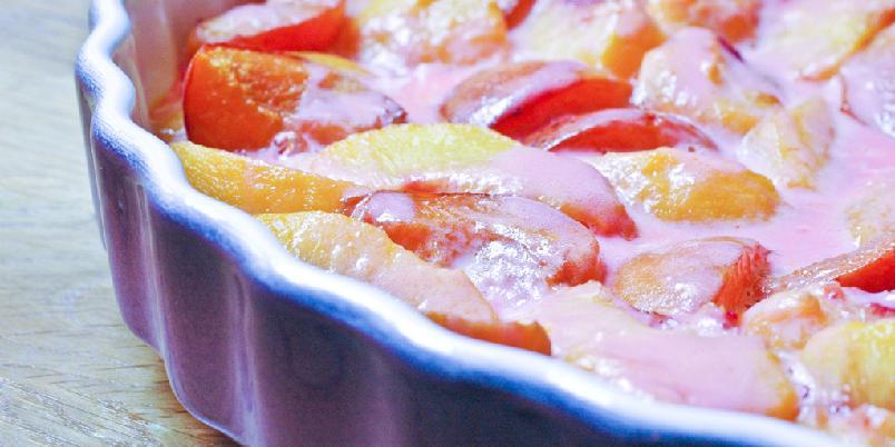 Fersken- og nektarinkompott med rød fløte - Skjær frukt og hell over fløte og sett i ovnen...