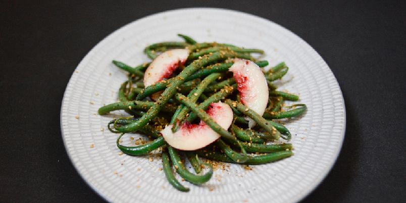 Salat med grønne bønner og nektariner  - Tilbehør som passer til det meste.