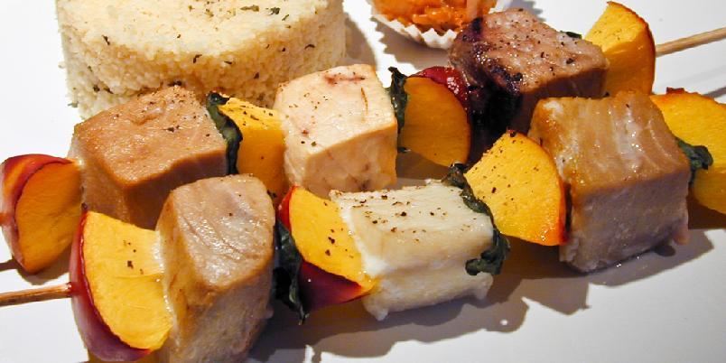 Nektarin- og grillspyd - Tre nektarinbiter, fisk og basilikum på spydet. Og grill i vei!