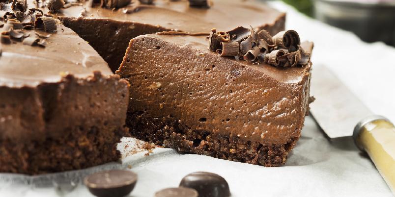 Glutenfri sjokoladeostekake - Nyt denne deilige, glutenfrie sjokoladeostekaken toppet med høvlet sjokolade.