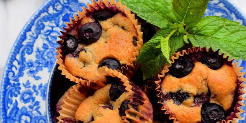 Sukkerfrie Blåbærmuffins - Sukkerfrie blåbærmuffins som er både saftige, smakfulle, laget i en fei, og som i tillegg benytter seg av sesongens bær! Oppskriften er nok til ca. 15 muffins. Vanlig størrelse.