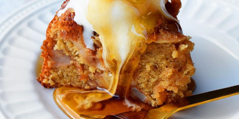 Saftig eplekake med lønnesirup - Høstens saftigste eplekake, med lønnesirup, kanel og nydelige norske epler! Oppskriften er nok til en høy kake á 20 cm.