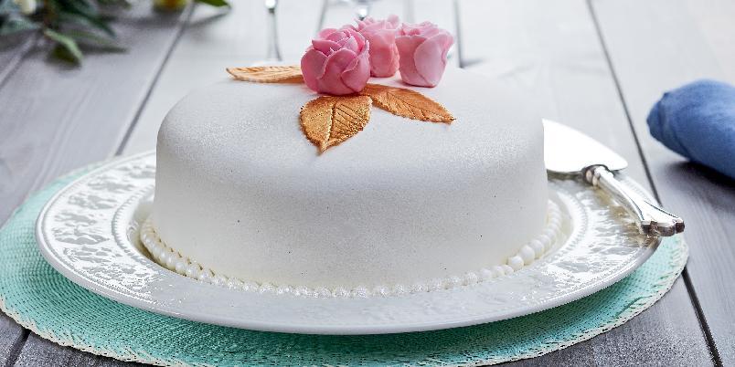 Marsipankake med valnøtter og bringebær - Deilig marsipankake fylt med alt som er godt!
