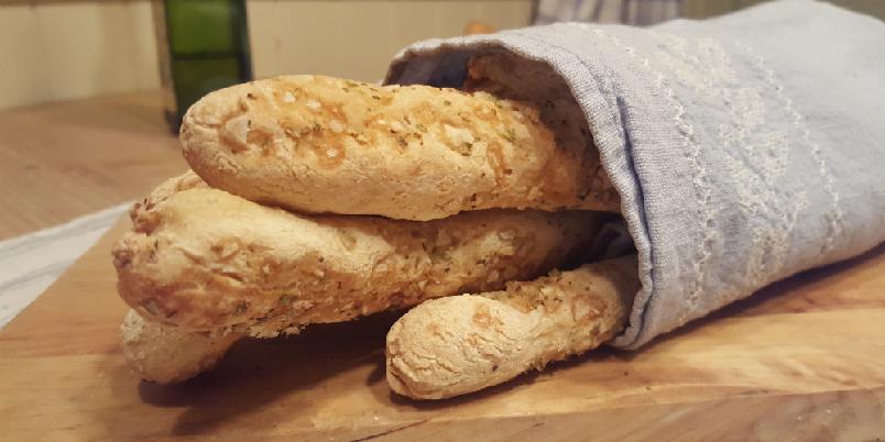 Glutenfrie brødpinner - Brødpinner er supert som forrett, kveldssnack eller for å ha noe å dyppe i den fantastiske aiolien du fant i butikken (eller laga sjøl). Brødpinnene er dekket av en deilig salt urteblanding og er knallgode!