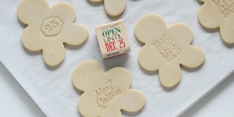 Myke hvite kakemenn - Kakemenn hører julen til. Personliggjør dem ved å bruke et morsomt kakestempel!