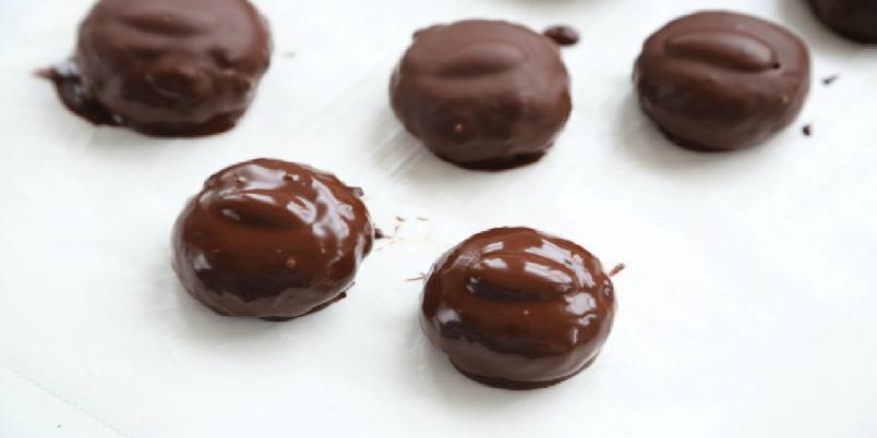 Kokos- og mandelkonfekt med sjokolade - Deilig konfekt som kan serveres til både hverdag og fest.