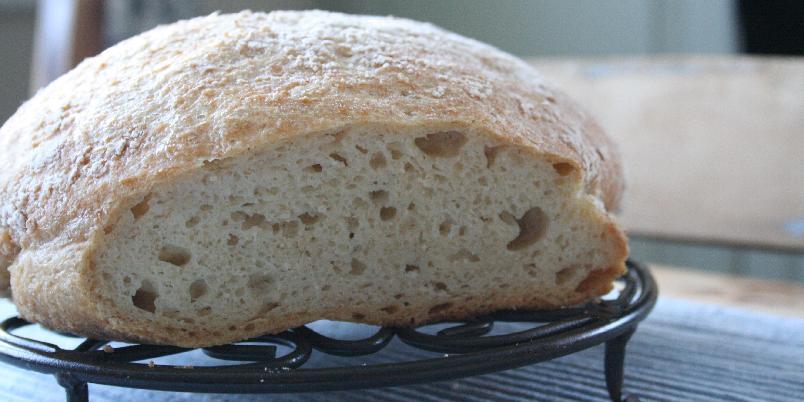 Eltefritt havrebrød uten gluten - Trodde du glutenfrie brød var tørre og smakløse? Da må du tro om igjen. Dette brødet krever mye hevetid, men ingen elting, Brødet stekes i jerngryte og får en deilig sprø skorpe.