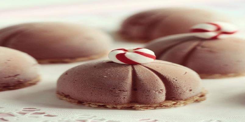 Sjokoladeostekake med pepperkakenøttebunn og polkagriser  - Har du pepperkakerester liggende etter julen som ikke blir spist? Her er hva du kan bruke dem til!