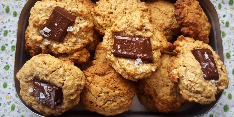"""Havrekjeks med sjokolade (gluten- og melkefrie) - Disse havrekjeksene er myke, søte og utrolig gode. Topp dem med en rute mørk sjokolade og litt havsalt om du vil, og de blir syndig gode! Oppskriften er etter inspirasjon fra """"Mat på Bordet"""", men med justeringer og gluten- og melkefrie ingredienser."""