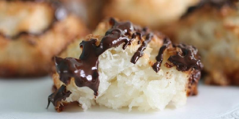 Kokosmakroner med sjokolade - Kokosmakroner er digg hele året. Spesielt med sjokolade på...