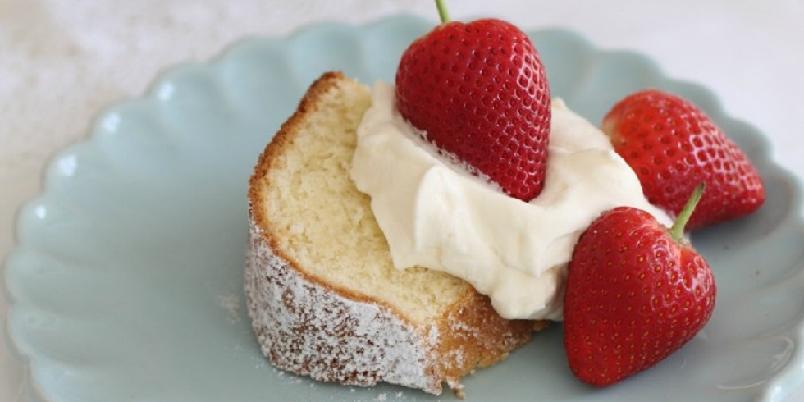 Jordbærkake - Jordbærkake med ferske bær og pisket krem... Perfekt til sommeren!