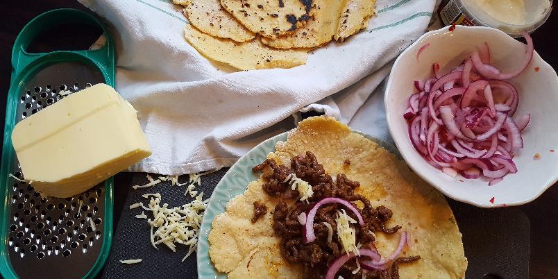 Glutenfrie maistortillas - Disse tortillaene lager du enkelt selv. De har en god smak av mais og metter mye mer enn de du kjøper ferdig i butikken. I oppskriften bruker jeg Masa Harina, et maismel som er kokt i kalkvann og deretter tørket.
