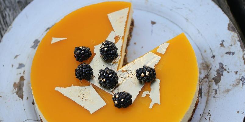 Moussekake med pasjonsfrukt og lakrismandelbunn - Frisk kake som passer godt til sommersesongen!