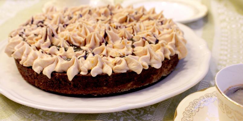 Sjokoladekake med peanøttsmørkrem - Denne kaka er lett å lage og har en deilig smak av både sjokolade og peanøtter. Det er lett å falle for fristelsen og kalle det en snickerskake. Kaken er helt uten gluten, melk og egg*.