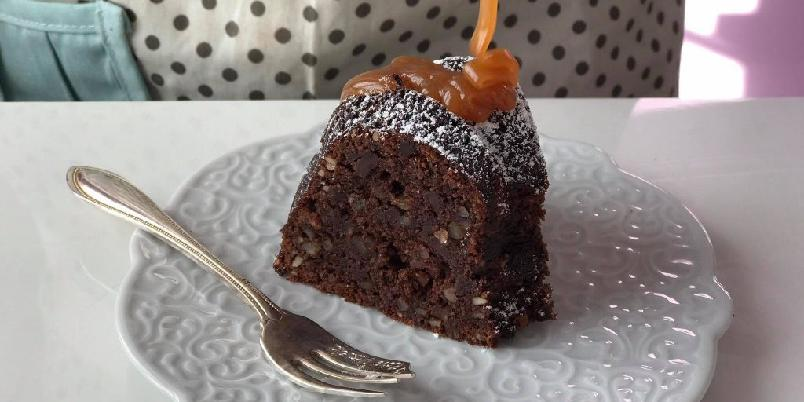 Glutenfri sjokoladekake med salt karamellsaus - Sjokolade og karamell i én og samme kake... Hvem sier vel nei til det?!