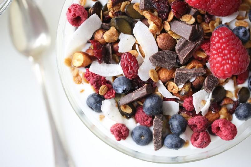 Granola med sjokolade og bær - Granola smaker mye bedre når den er hjemmelaget...