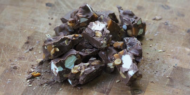Rocky road - Rocky road er selve definisjonen på kos, og består av melkesjokolade, karamell, marshmallows og peanøtter.