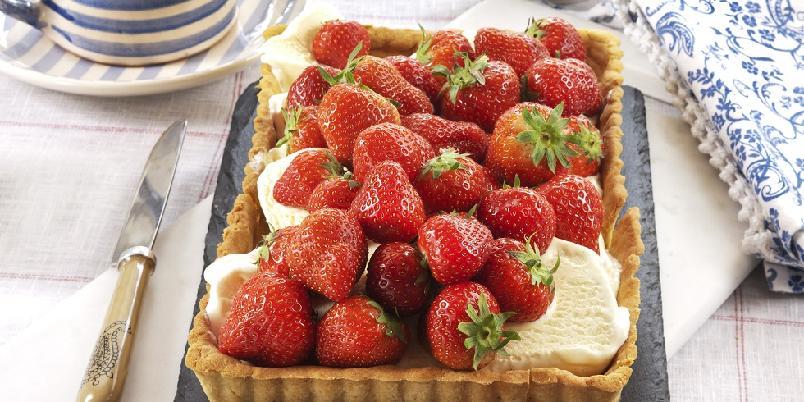 Jordbærpai - Bak med jordbær - det er sommer!